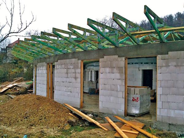 Dom Vejár Pasívny rodinný dom Vejár spodlahovou plochou 134 m2 navrhli varchitektonickom ateliéri Vize Ateliér, s. r. o., pre štvorčlennú rodinu. Je založený na železobetónovej doske na štrku zpenoskla, konštrukcia obvodových stien je zvápenno-pieskových tehál zateplených EPS, zelená strecha skonštrukciou zpriehradových väzníkov je zateplená fúkanou celulózou, okná majú solárne trojská.
