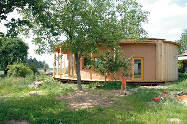 Kruhový slamený dom Netradičný dom zprírodných materiálov navrhol architekt Mojmír Hudec tak, aby ho jeho majitelia mohli postaviť svojpomocou. Je pritom nielen pasívnou stavbou, ale ctí aj princípy trvalo udržateľnej výstavby tak, aby zanechal minimálnu ekologickú stopu. Ako základné stavebné materiály sú použité drevo, slama, hlina, celulóza, recyklované penosklo avápenno-pieskové tehly.