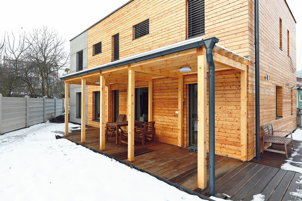 Veľké, južne orientované okná sú rozhodujúce pre tepelné solárne zisky. Letnému prehrievaniu zabraňuje pergola nad terasou aelektricky ovládané hliníkové žalúzie, kvalitné drevohliníkové okná strojsklom zasa zaručujú minimálny únik tepla (súčiniteľ prechodu tepla Uw
