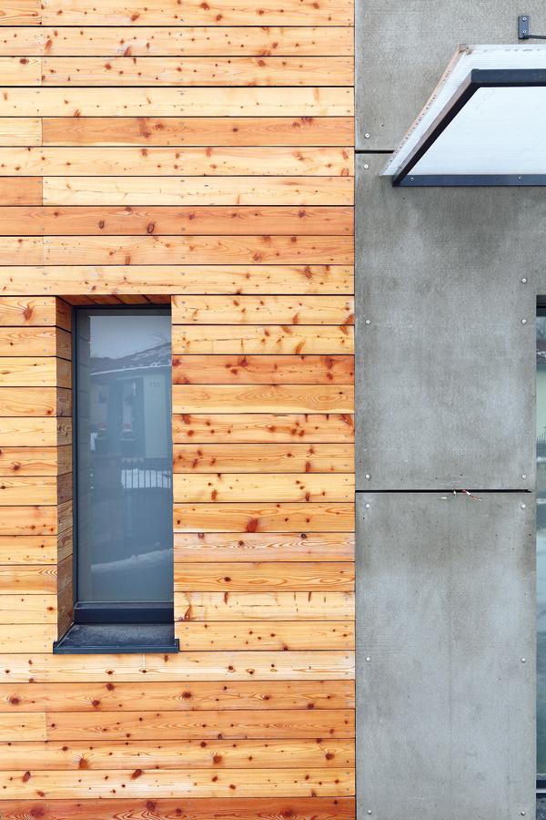 Vzhľad domu určuje do veľkej miery obklad zčerveného smreku, ktorý sa strieda splochami obloženými cementovláknitými doskami. Tí, ktorým prevetrávaná fasáda nie je po chuti, si môžu vybrať aj klasickú omietku.