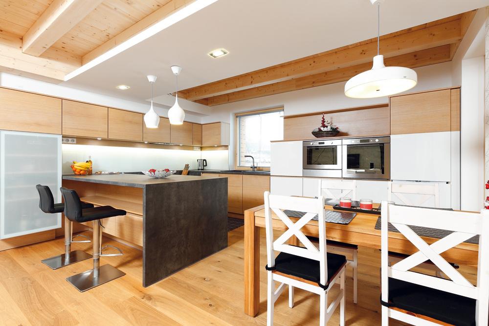 """Moderný elegantný interiér ladí sjednoduchým vzhľadom dreveného domu. Všetok nábytok sa robil na mieru (podľa návrhu architektky ho vyrobili vo Zvolene vo firme Lignis). """"Takto máme presne to, čo sme chceli, aza pomerne prijateľnú cenu,"""" pochvaľuje si domáca pani."""