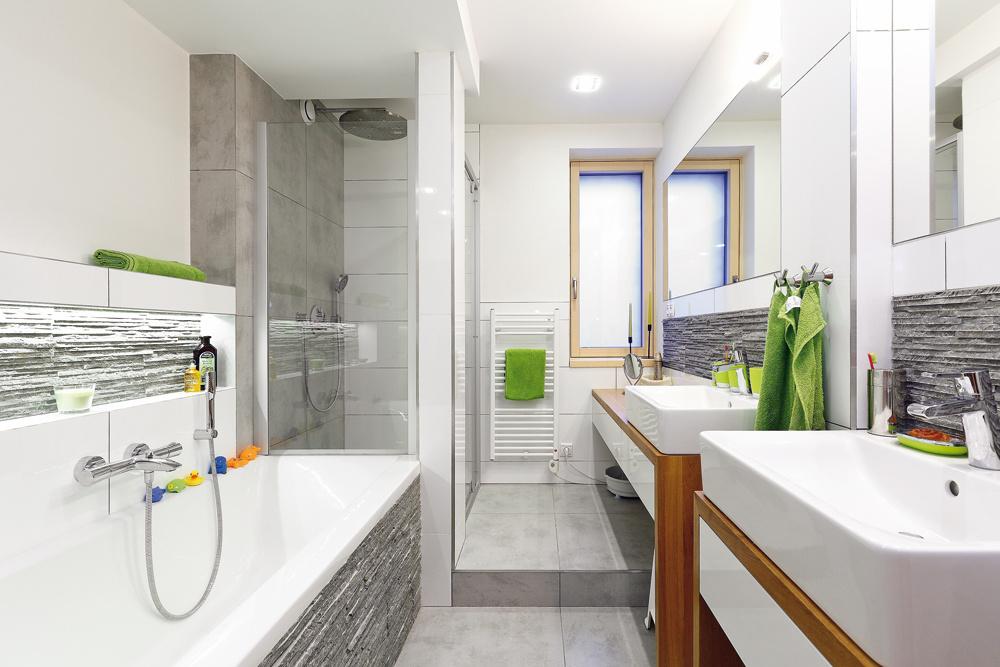 Aj vo veľkej kúpeľni na poschodí pokračuje striedma elegancia aneutrálna farebnosť, ktoré charakterizujú interiéry na prízemí. Tu už domáca pani uplatnila aj oživovanie farebnými doplnkami.