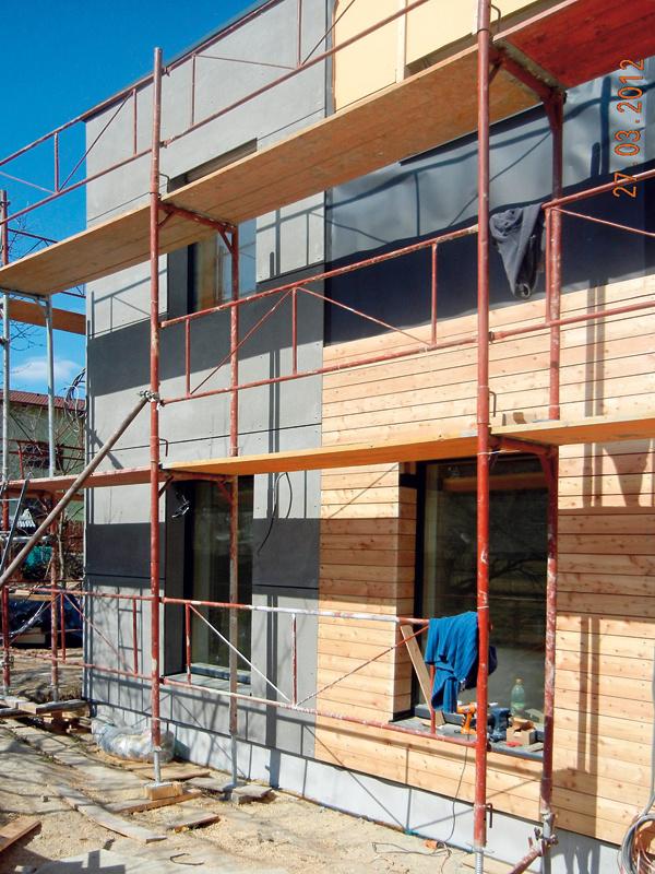 """Stavať sa začalo 10. 10. 2011. Základy amontáž panelov boli hotové asi za 5 týždňov, do troch mesiacov boli hotové priečky aosadené okná asťahovali sa koncom júla 2012. """"Takýto dom sa dá postaviť už za päť mesiacov, tu ale boli vinteriéri isté nadštandardné riešenia, navyše do času výstavby padlo aj zimné obdobie, pre ktoré stavba postupovala oniečo pomalšie,"""" vysvetľuje Ing. Branislav Kuzma zfirmy ForDom."""