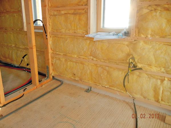 Montovaná drevostavba je zateplená minerálnou izoláciou – tak vnútri panelov, ako aj na ich vnútornej strane, vtakzvanej inštalačnej rovine.