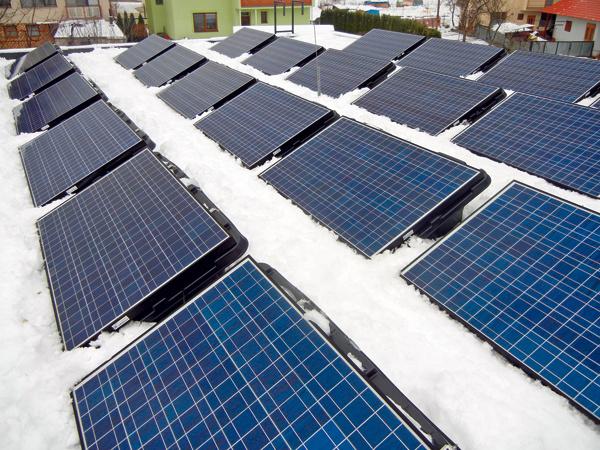 Na streche domu sú fotovoltické panely sinštalovaným výkonom 4,8 kWp, vyrobená elektrická energia sa využíva na okamžitú spotrebu vdome aj sa dodáva do verejnej siete. Ak sú panely zatienené (napríklad snehom), ich výkon rapídne klesá, preto ich treba pravidelne čistiť. Na strechu teda musí byť bezpečný prístup, musí byť pochôdzna adimenzovaná na príslušné zaťaženie. Zrovnakého dôvodu nie je na dome zelená strecha – aby rastliny netienili panely anaopak.