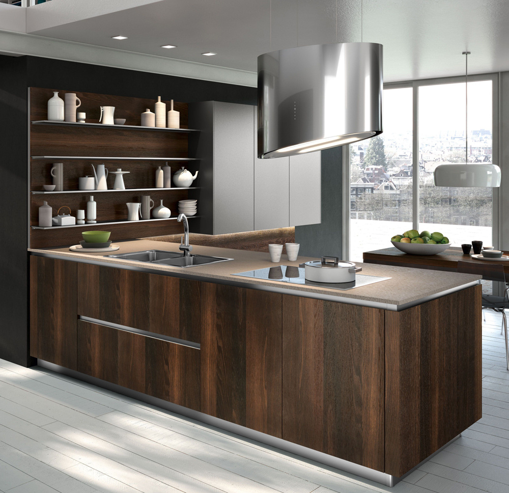 Na kuchyni Way od spoločnosti Snaidero je zaujímavá kombinácia elegantného tmavého duba sprirodzeným matným vzhľadom na dvierkach achladných materiálov, ako ajodtieňov iných častí kuchyne. Sofistikovaná elegancia súčasnosti.