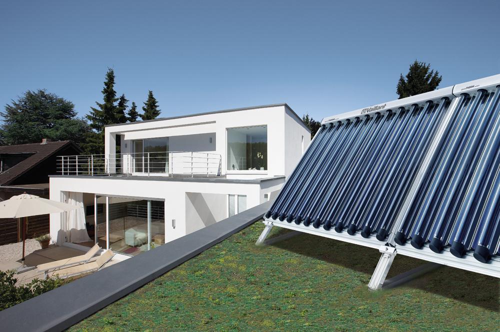 Solárne kolektory by mali byť orientované na juh, prípadne juhovýchod ajuhozápad. Treba dať pozor na to, aby ich počas roka netienili stromy alebo okolité budovy.