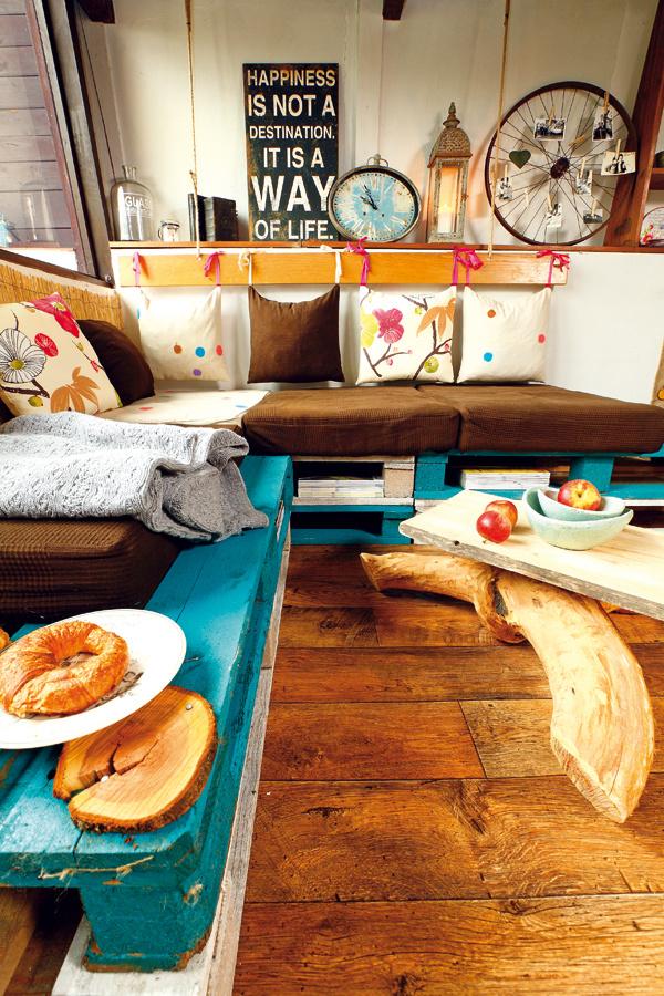 pletená prikrývka Grey Melange, 130 × 180 cm, 134,21 €, www.bellarose.sk; miska malá, 13 €, miska veľká, 17 €, Ateliér Papaver