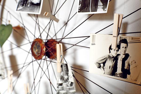 Na bicyklovú nostalgiu budete potrebovať jedno staré, hrdzavé koleso, štipce na bielizeň aniekoľko rodinných fotografií.