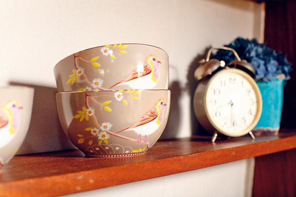 Miska Early Bird Khaki, 15,01 €, www.bellarose.sk; kvetinová dekorácia, Ateliér Papaver