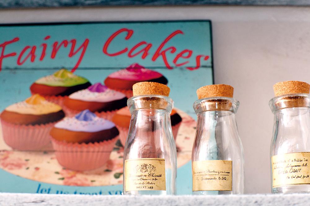 Malé sklené fľaštičky skorkom, 18,67 €/ 3ks aplechová tabuľa Fairy Cakes, 14,93 €, www.bellarose.sk