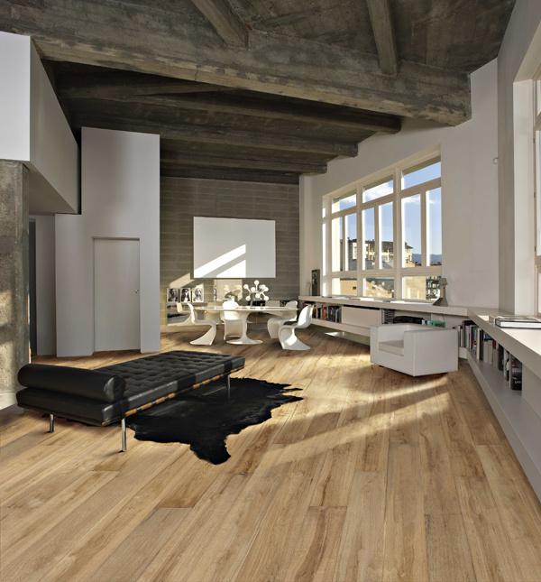 Kolekcia Grande: Drevené parkety CasaOak s výraznou kresbou a vysokým počtom uzlov podčiarknu prírodný charakter interiéru. Cena 111,70 EUR vrátane DPH. (predáva KPP)