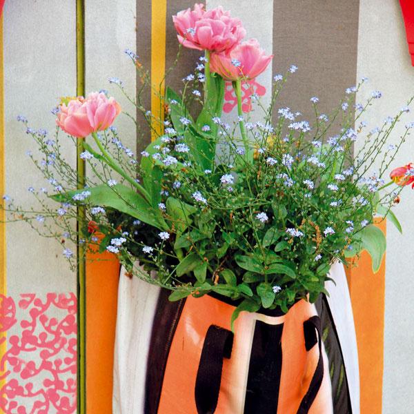 ŠTÝLOVÁ TAŠKA. Hoci je vsúčasnosti na trhu široká ponuka črepníkov zrôznych materiálov avrôznom farebnom vyhotovení, priestor svojej terasy či balkóna môžete spestriť aj netradičnými vegetačnými nádobami. Moderne zmýšľajúcich milovníkov zelene určite nadchne špeciálna plastová taška snepriepustnými stenami, ktorá tradičný kvetináč plne nahradí. Môžete do nej zasadiť jarné cibuľoviny, dvojročné rastliny aj trvalky. Dá sa jednoducho pripevniť na stenu azohnať ju môžete vrôznych farbách.