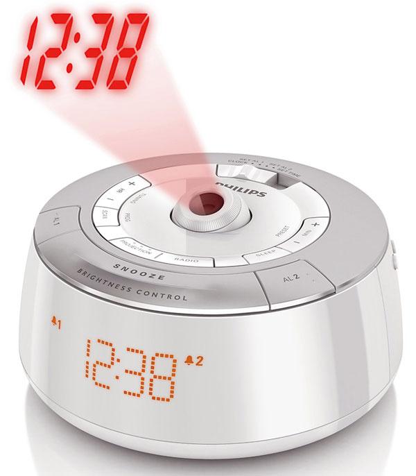 Hodiny na stene? Nič výnimočné. Rádiobudík Philips AJ5030 však zobrazí čas na ktorejkoľvek ploche, na ktorú zaostríte obraz, hoci aj na strope. 40,90 €, www.mall.sk
