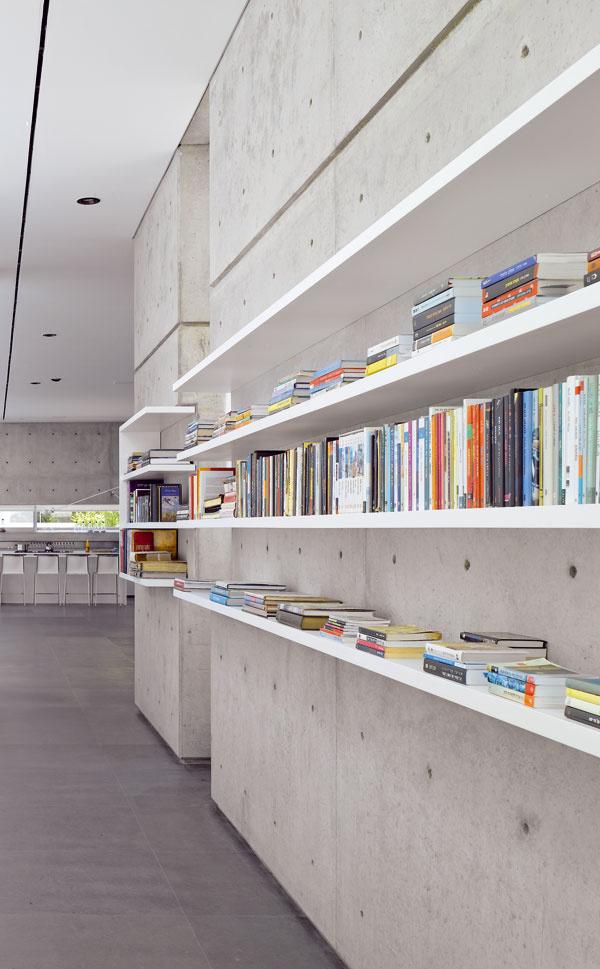 Architektka vrozhovoroch zdôrazňuje, že obľubuje betón, včom sa zhoduje smnohými izraelskými architektmi. Na rozdiel od väčšiny však nenavrhuje betón sodtlačkami štruktúry, ale shladkým povrchom, rozčleneným iba pravidelnými odtlačkami po debniacich paneloch akotevným rastrom.