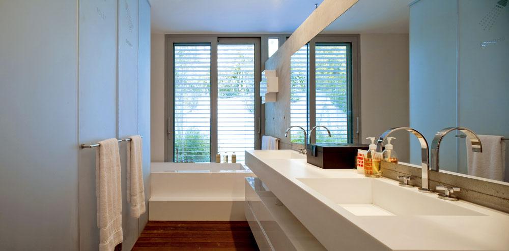 Vkúpeľni pri veľkej spálni sa za dverami zakvamarínového pieskovaného skla soceľovými držadlami, ktoré slúžia aj ako sušiaky, skrýva toaleta asprcha, ako to naznačila architektka svojím popartovým spôsobom – nápismi apiktogramami.
