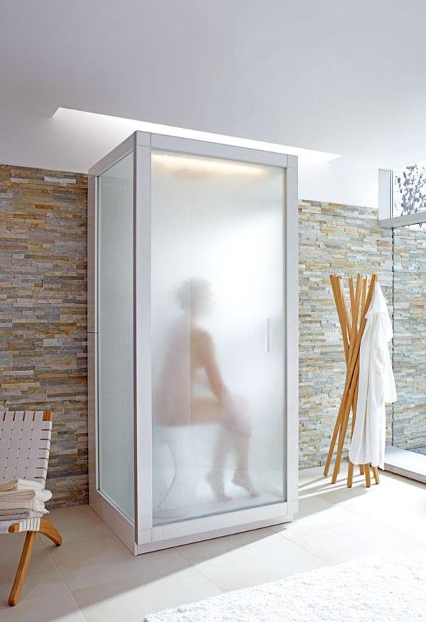 Parný box St. Trop od firmy Duravit. Armatúry Axor Starck, jednovrstvové bezpečnostné sklo, vypúšťanie zostatkovej vody, sedadlo Designu Sarck, osvetlenie (svetelný pás), dažďová hlavová sprcha spriemerom 24 cm, ručná sprcha, para (parný generátor). Ovládacie pole aktivuje parný kúpeľ – stačí stlačiť tlačidlo ateplota vzápätí stúpne na 42 až 50 °C pri 100 %-nej vlhkosti vzduchu. Dĺžka kúpeľa sa dá nastaviť, ale maximálna dĺžka je 20 minút. Rozmery: 100 × 100 × 221 cm.