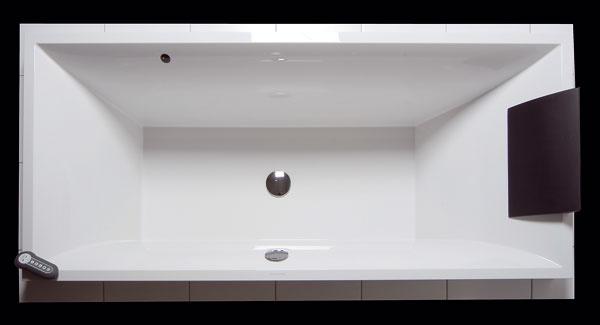 Nájdi 10 rozdielov! Aby vaňa nevyzerala ako Votrelec zo známeho sci-fi filmu, snažia sa výrobcovia vymyslieť spôsob, ako nie príliš elegantné dýzy ukryť. Systém Invisible Jets od Villeroy & Boch ukrýva dýzy do stien vane, vysúvajú sa len po zapnutí. Vaňa Squaro, 180 × 80 cm, liaty materiál Quaryl steplým anešmykľavým povrchom, zvýšená odolnosť proti poškriabaniu, úderu anárazu, zabraňuje usádzaniu vodného kameňa ašpiny. Cena od 999 €.
