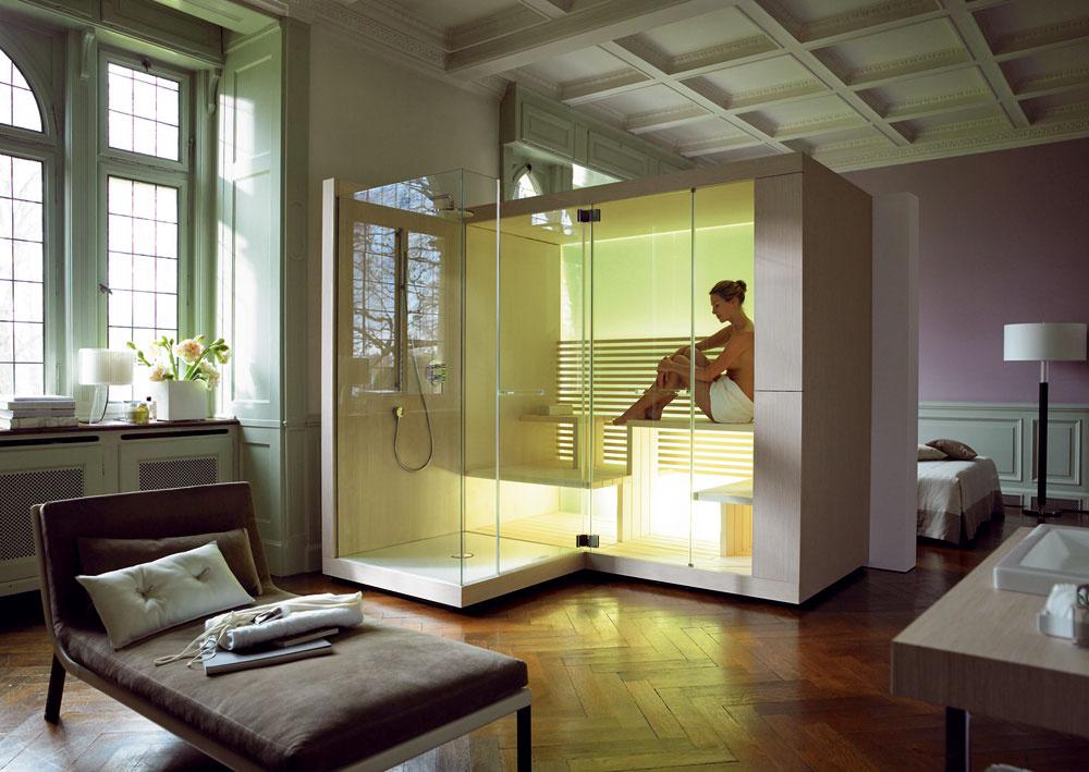 Interiérová sauna Duravit Inipi sdiaľkovým ovládaním vpodobe kameňa, ktorým možno regulovať teplotu, vlhkosť vzduchu, farebné svetlo azvuk. Obľúbené kombinácie si môžete uložiť ako užívateľské profily. Vsaune je umiestnená nádoba na vodu na polievací modul. Základ sauny tvorí rám zdreva, ktorý je vpredu avzadu zasklený. Relaxačnú atmosféru vytvára predovšetkým zadná zasklená stena, ktorú zospodu svietiace LED lišty menia na svetelný panel. Cena od 27670 €. Predáva Technopoint.