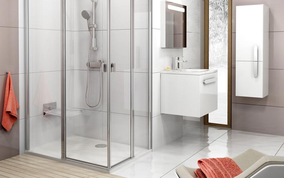 Nové bez rámové sprchovacie kúty Chrome sú charakteristické praktickými otočnými stĺpikmi, ktoré elegantne nahrádzajú pánty dverí a zaisťujú výrobku maximálnu flexibilitu pri otváraní dverí smerom dnu aj von. Sú súčasťou najbohatšej série kúpeľňového zariadenia na trhu – konceptu Chrome.