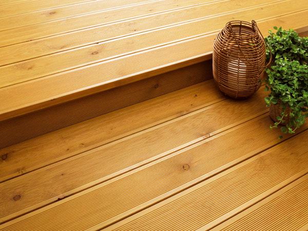 Vposlednom čase sa čoraz viac pozornosti venuje vonkajšiemu vybaveniu domov. Na vonkajšie prvky sa často používa impregnované alebo tepelne modifikované drevo. Povrch tepelne modifikovaného dreva by mal byť vždy ošetrený tónovaným olejom alebo priehľadným moridlom, pretože morenie pomáha tepelne upravenému drevu zachovať si krásnu farbu azároveň ho chráni pred praskaním vdôsledku poveternostných vplyvov. Ak chcete vo vonkajších priestoroch použiť impregnované drevo, je dobré nechať ho zaschnúť aj 6 mesiacov pred tým, ako naň aplikujete moridlo. Každý rok skontrolujte stav ošetrovaných povrchov.