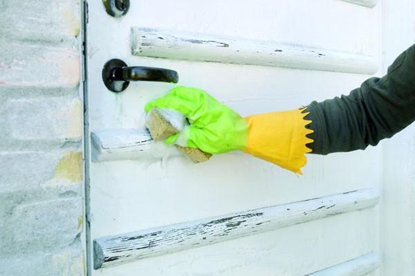 Drevené prvky môžete natrieť aj krycím náterom, ktorý síce prekryje pôvodnú farbu dreva, no nepotlačí jeho štruktúru. Najprv však musíte odstrániť akúkoľvek nečistotu amastnotu zjeho povrchu.