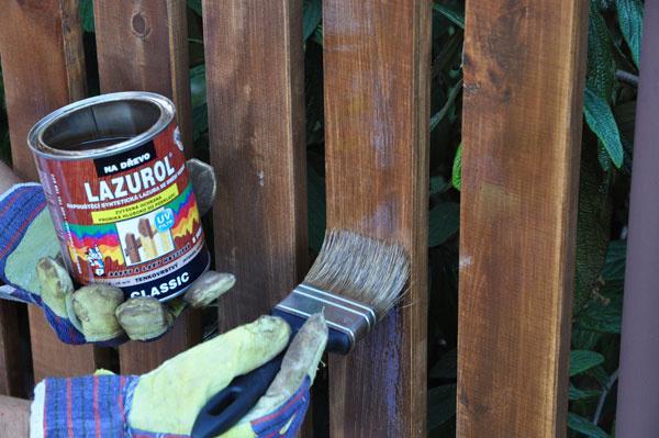 Aby vám drevený plot vydržal čo najdlhšie vplnej kráse, treba jeho chemickú ochranu pravidelne obnovovať. Jemne prebrúsený a očistený drevený plot natrite lazúrovacím lakom.