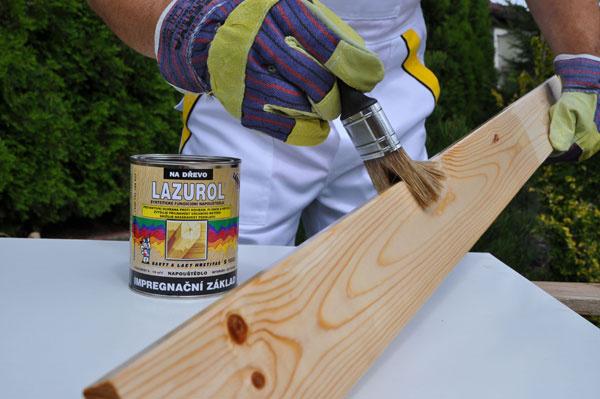 Po prebrúsení aočistení drevo napenetrujte impregnačným základom.