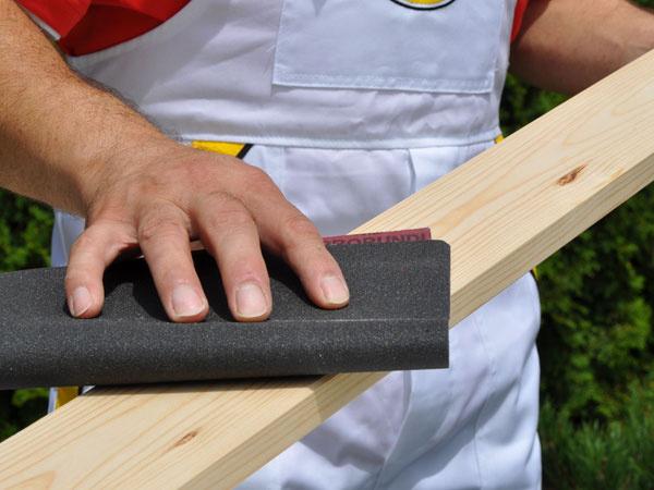 Po napenetrovaní treba drevo ešte raz prebrúsiť jemným brusným papierom.