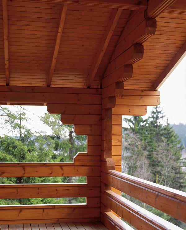 Priehľadné nátery dodajú dreveným povrchom takú farbu, ktorá zapadne do vonkajšieho prostredia a nezakryjú prirodzenú krásu dreva. Lepšie je pritom zvoliť si tónovateľný priehľadný náter, pretože bezfarebné nátery horšie chránia proti slnečnému žiareniu. Ak sa rozhodnete použiť priehľadné produkty, majte na pamäti, že farba povrchu závisí aj od druhu dreva, jeho tvrdosti, pôvodného odtieňa, ako aj od počtu aplikovaných vrstiev. Aby ste si skontrolovali odtieň azároveň otestovali produkt, naneste ho na samostatný kus dreva. Moridlo odporúčame aplikovať čo najskôr po tom, čo zaschne základný náter. Pokiaľ nie je možné moridlo aplikovať ihneď, napríklad pre jesenné počasie, vnasledujúcom ošetrujúcom období sa odporúča pred použitím moridla naniesť znovu základný náter. Ak musíte počkať do jari, aby ste mohli naniesť moridlo, je lepšie použiť základ náter sdreveným odtieňom, pretože poskytne drevu lepšiu ochranu proti slnečnému žiareniu.