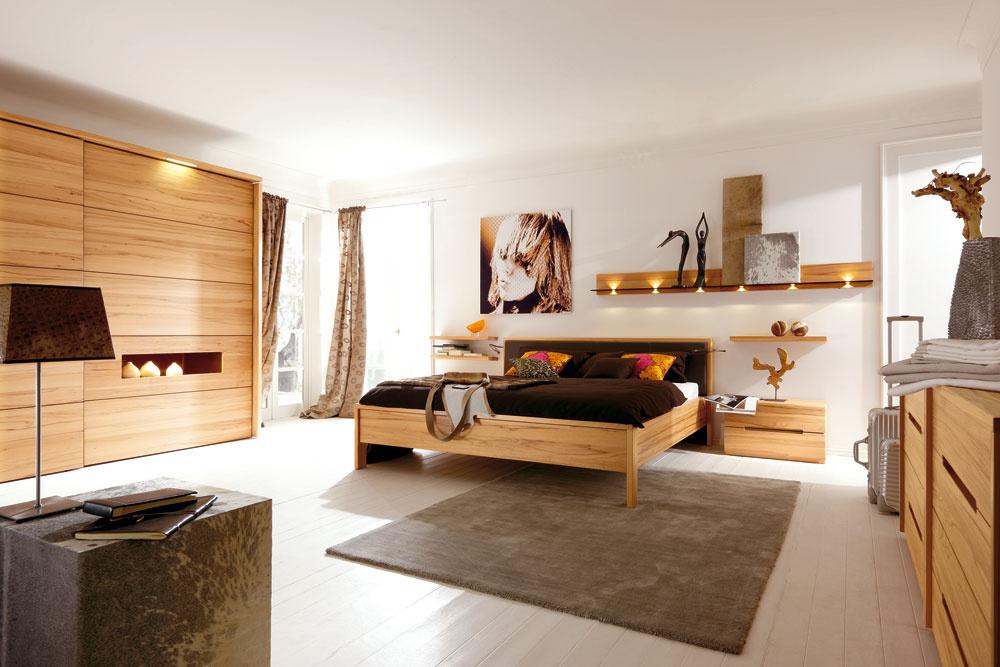 Aj pri posuvných dverách so vzhľadom dreva je ešte stále vkurze vodorovné členenie, taktiež dyha sa ukladá tak, aby bola kresba dreva horizontálna. Aaj drevené dvere občas potrebujú oživiť detailom, ktorý veľkú jednoliatu plochu oživí.(kolekcia Acrea, predáva Design house)