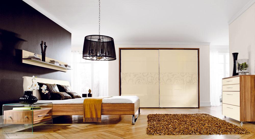 Kelegantnému trendu patria čo najširšie posuvné dvere svodorovným členením, oživené decentným vzorom. Aj na zladenie sostatným zariadením ponúkajú výrobcovia široké možnosti.(kolekcia Inaya, predáva Design house)