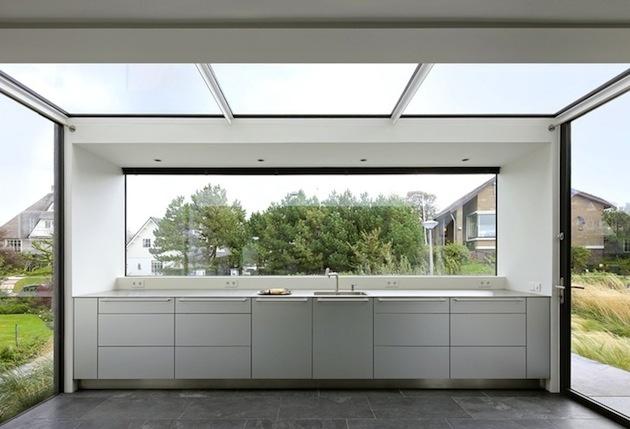 Úchvatné výhľady na okolie ponúka zaujímavo riešená kuchyňa, pozostávajúca z niekoľkých presklenných stien, vrátane stropu.