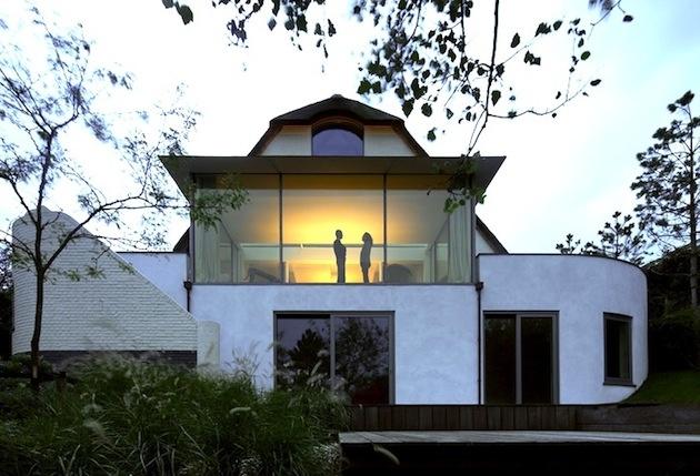 Veľké okenné tabuľe vypĺňajú aj ostatné časti zrekonštruovaného domu. Ponúkajú síce krásne výhľady, ale na úkor súkromia.