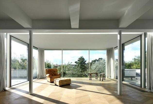 Priestranná obývačka s ohromným výhľadom. Zaujímavým prvkom sú stĺpy.