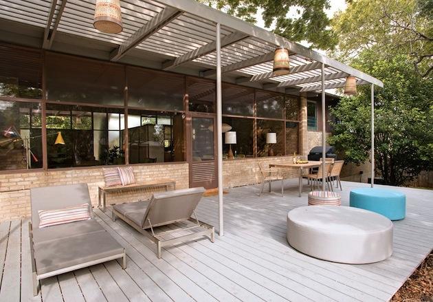 Obrovská veranda so záhradným nábytkom.