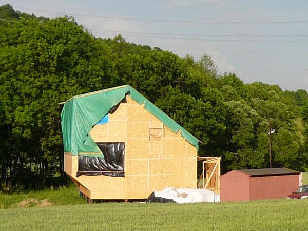 Na zimu prikryli drevenú konštrukciu plachtou a na jar do nej osadili drevohliníkové okná advere Smart Win vpasívnom štandarde, ktoré dodala firma Hoblina. Vjúni 2012 ich čakal významný medzník – test vzduchotesnosti. Dopadol lepšie než výborne.