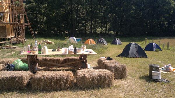 Workshop  Vytvorili sme na pozemku stanové mestečko sparkoviskom, solárnou sprchou aveľkým stolom…