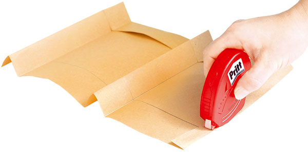 Na okrajový pás tašky naneste lepidlo aokamžite prilepte jej druhý koniec.