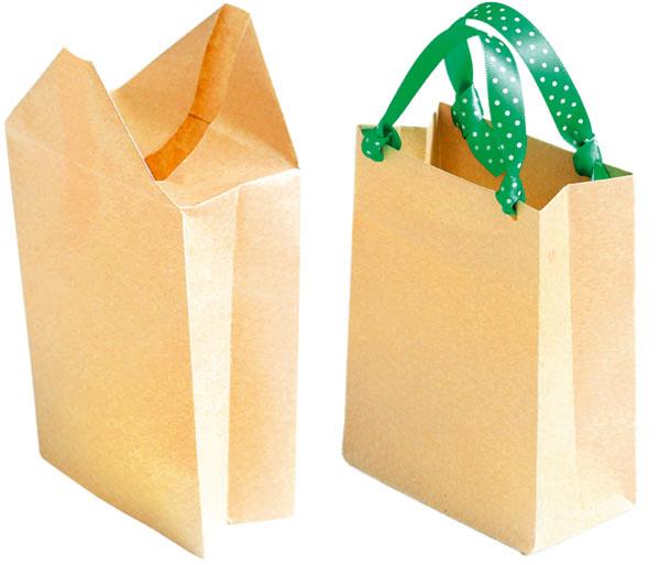 Tašku otočte hore dnom, bočné strany ohnite dovnútra avrchné na ne prilepte. Do vrchnej časti tašky spravte dierky, prevlečte do nich stužky atašku ozdobte podľa vlastnej fantázie, prípadne ju nechajte čistú.