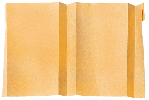 Papier otočte nadruhú stranu abočné, užšie strany budúcej tašky prehnite na polovicu.