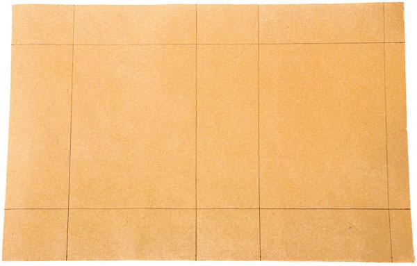 Vystrihnite papier potrebnej veľkosti (napríklad 38 × 25cm). Pravítkom narysujte čiary, podľa ktorých budete papier ohýbať.
