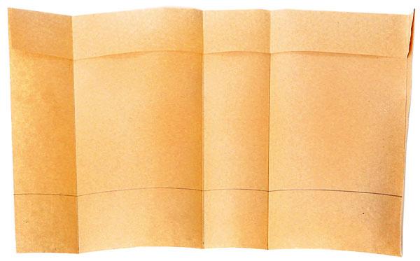 Papier ohnite podľa naznačených čiar. Vrchný pás prehnite dovnútra.