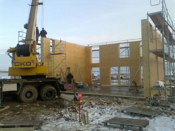 Dom je postavený zdifúzne otvorených panelov na báze dreva – nosné sú boxové stĺpiky, zateplenie tvorí spolu 420mm minerálnej vlny uloženej vodvoch vrstvách, opláštenie je z dosiek OSB aDHF.