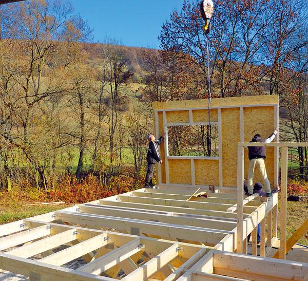 Zateplená podlahová doska. Dom je založený na 23 oceľových stĺpikoch, osadených do železobetónových základových pätiek. Na stĺpikoch je vo výške 0,75 m nad terénom položená konštrukcia zateplenej podlahovej dosky – tvorí ju sústava hranolov zlepeného lamelového dreva, voľný priestor je vyplnený tepelnou izoláciou zfúkanej celulózy auzatvorený zvrchu doskou OSB, zospodu cementotrieskovou doskou.