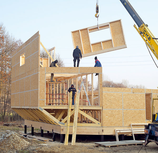 Drevená konštrukcia stien. Steny domu sú znosných panelov, ktoré tvoria drevené stĺpiky adosky OSB (majú zároveň funkciu parobrzdy). Keďže dom má atypický tvar akaždý panel je iný, panely sa podľa dokumentácie pripravili vo výrobnej hale. Na stavbu sa potom priviezli už hotové diely, ktoré na určené miesto osadil žeriav. Panely boli vďaka tomu presné amontáž na stavbe, kde ste vystavení na milosť anemilosť počasiu, bola rýchla.