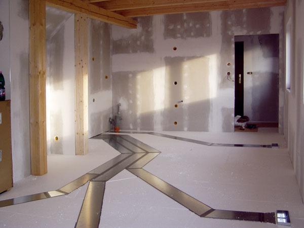 Jednou zmožností, ako riešiť rozvody vzduchu, sú podlahy. Kanáliky sa osádzajú vúrovni tepelnej izolácie. Vobjektoch steplovzdušným vykurovaním tak pokomplikovanej montáži vidieť len decentné mriežky naprívod vykurovacieho avetracieho vzduchu.