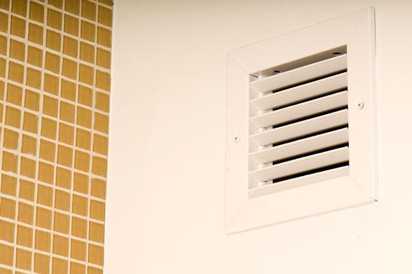 Výustky na stenách astropoch môžu byť jediné, čo nakoniec obyvatelia domu vidia zcelej vzduchotechnickej technológie.