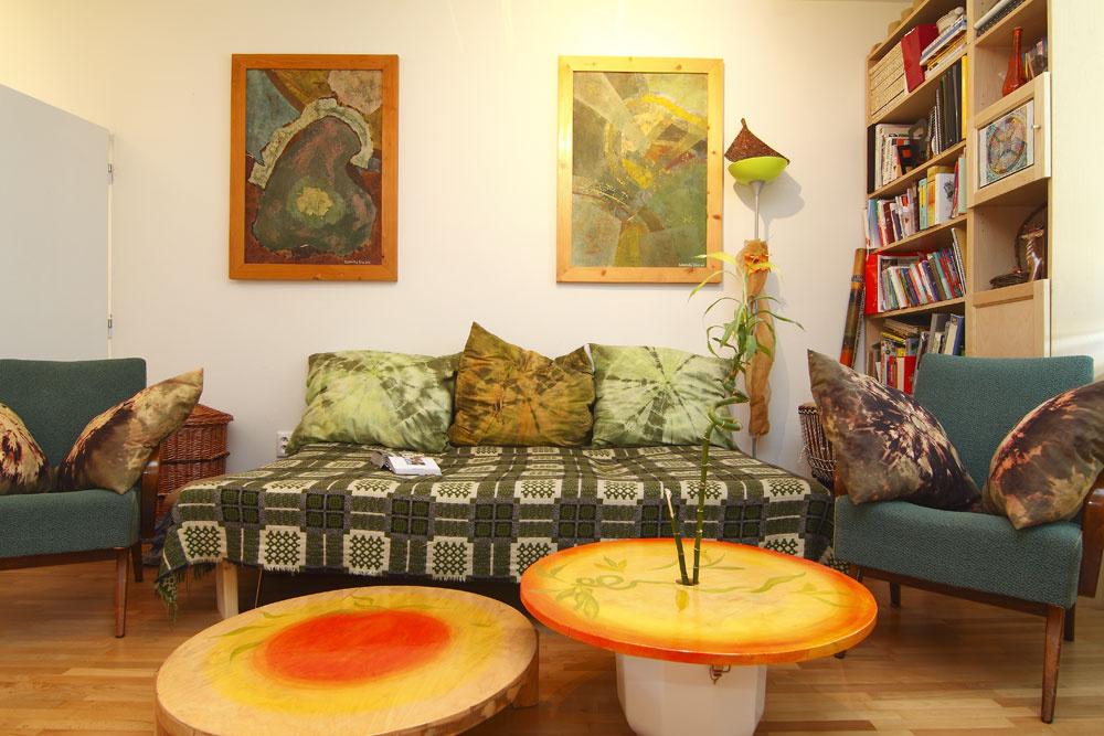 Ešte aj stolíky vbyte boli vyrobené tak, aby sálali pozitívnu energiu. Zatiaľ čo obývacia časť je zaodetá do teplých farieb, vkuchyni dostal viac priestoru kov.