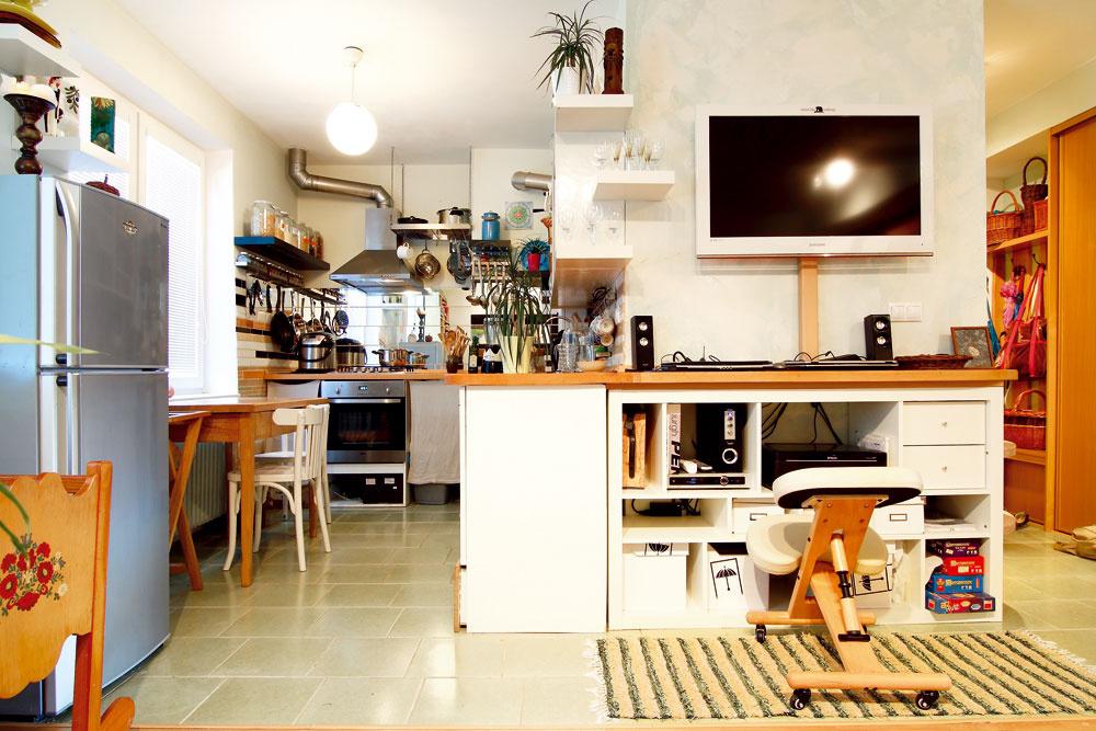 Zobývacej časti zariadenej podomácky dorobeným nábytkom je priamy priechod ku kuchynskej linke spriemyselným nádychom. Ten tomuto priestoru dodáva najmä digestor aďalšie kovové prvky.